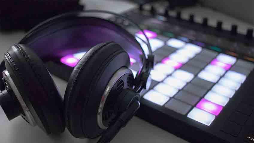 headphones sound echoey